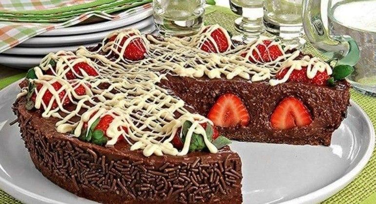 Torta-de-brigadeiro-com-morango-fácil-Comidas
